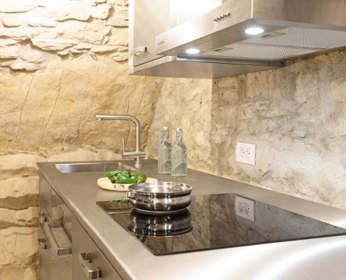 Cucina in Acciaio in un Ambiente Rustico